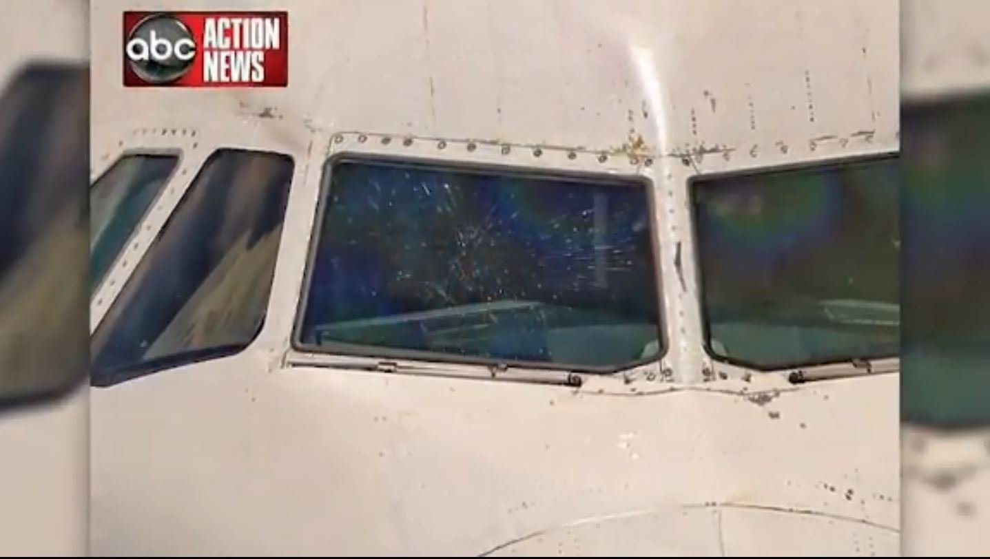 JetBlue outer windshield shatters midair